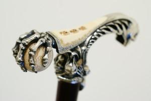 трость с ручкой в виде руки скелета
